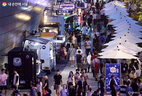 많은 사람들로 붐비는 동대문디자인플라자(DDP) 서울밤도깨비야시장